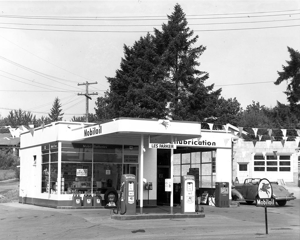 Les Parker Service Station, Multnomah, Oregon, ca. 1950. Photo by Ed Colvin.